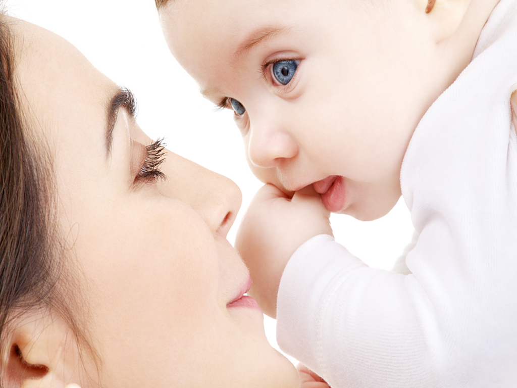 BABY WITH MOTHER HD DESKTOP WALLPAPER
