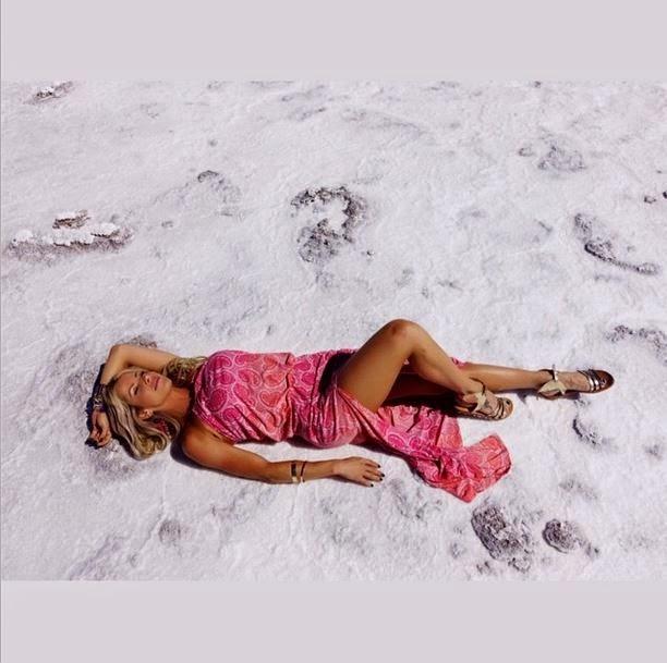A atriz Karina posa de top e shortinho exibindo seu corpo sarado no Instagram