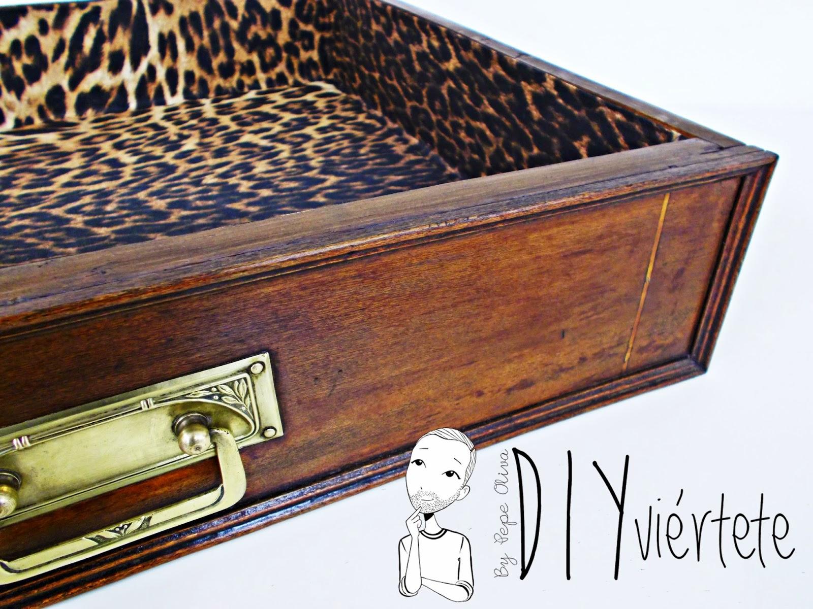 DIY-decoración-cómoda-mueble-restaurar-forrar-cajones-tela-leopardo-1