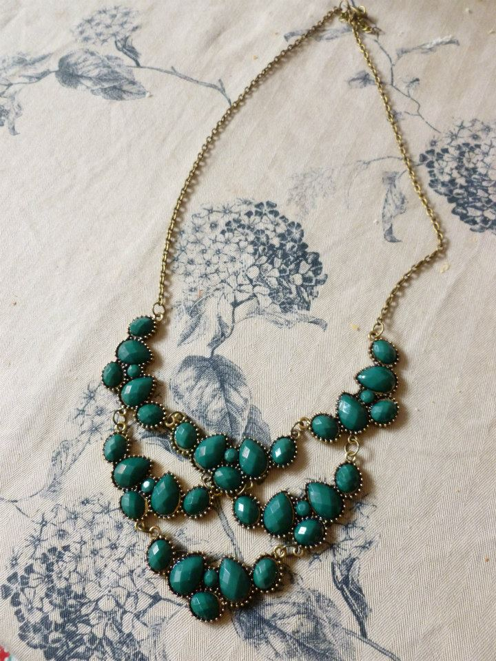todo el mundo y algunas hechas a mano. Collares, pendientes, broches y accesorios para el pelo forman parte de la colección Bisutería Vintage Señorita.
