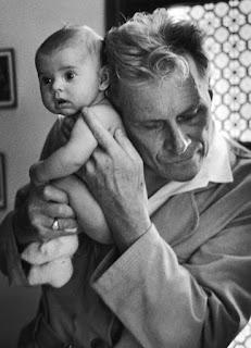 Ο γιατρός ακροάζεται το βρέφος ακουμπώντας το αυτί του στην πλάτη του μωρού