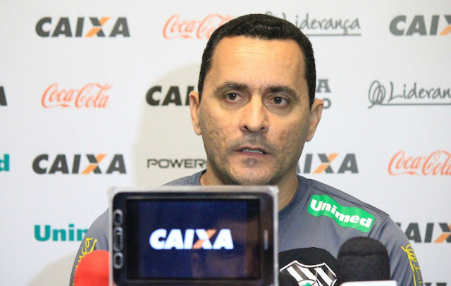 Jogo com o Atlético-MG foi o último de Hudson Coutinho como técnico (Foto: Luiz Henrique/Figueirense)