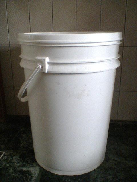 至少 20 公升大桶子