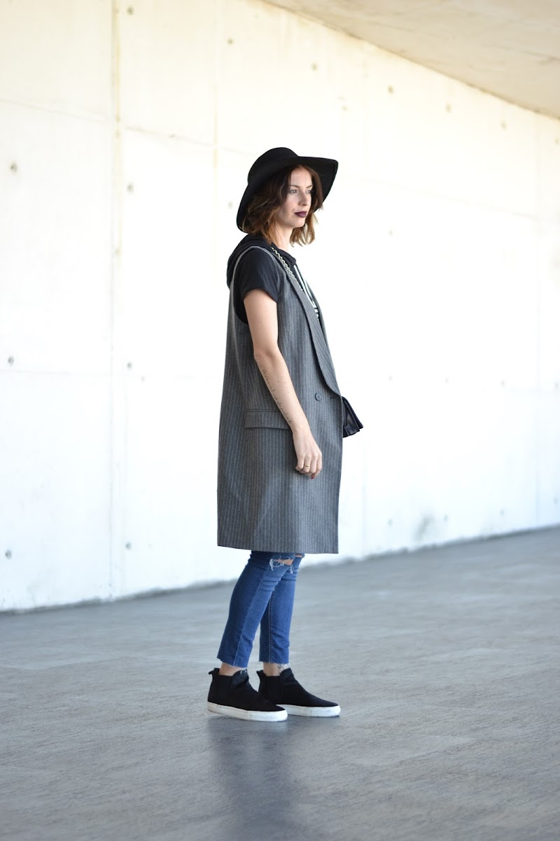 STYLE, OUTFIT, STREETSTYLE, LOOK, ADIDAS, ZARA, NEGRO, CHALECO, VEST, SNEAKERS, RIPPED JEANS