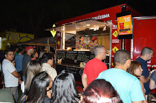 Visitantes de La Feira Planetária Rio + 3 Teresópolis conferem a variedade gastronômica do evento de food truck