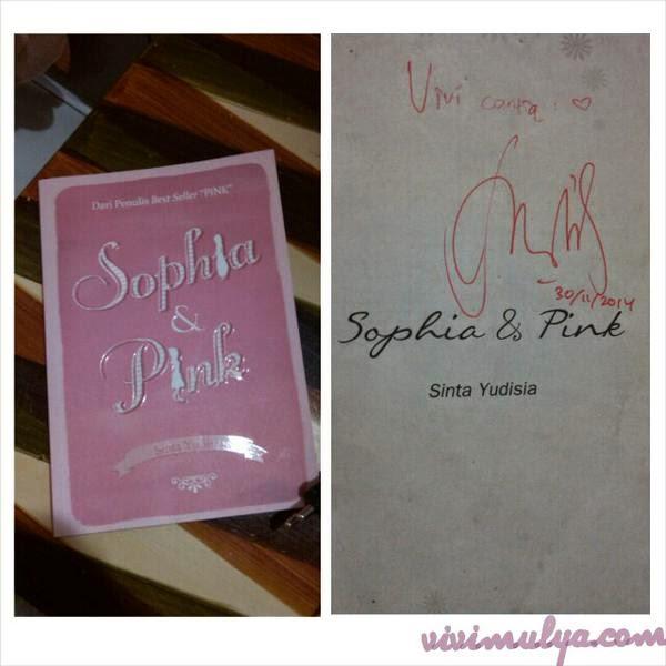 Foto Novel dan tandangan dari penulis Sinta Yudisia