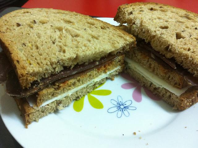 סנדוויץ' לקס עגל גאודה עיזים ורטבים על לחם דגנים