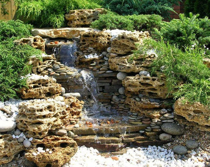 Dise o de cascadas en apartamentos cascadas y jardines for Piedras artificiales para jardin