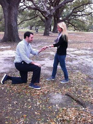 propuesta de matrimonio y tipo enseña el trasero