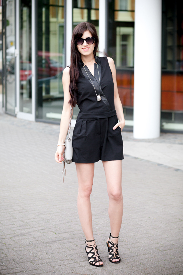 Bild: schwarzer Jumpsuit, Playsuit, Overall, Einteiler, Modetrend, wie kombiniere ich, Fashionblogger, Modeblogger, Hannover, graue Mini Mac, Streetstyle, Outfit of the Day, Outfit, Stylediary