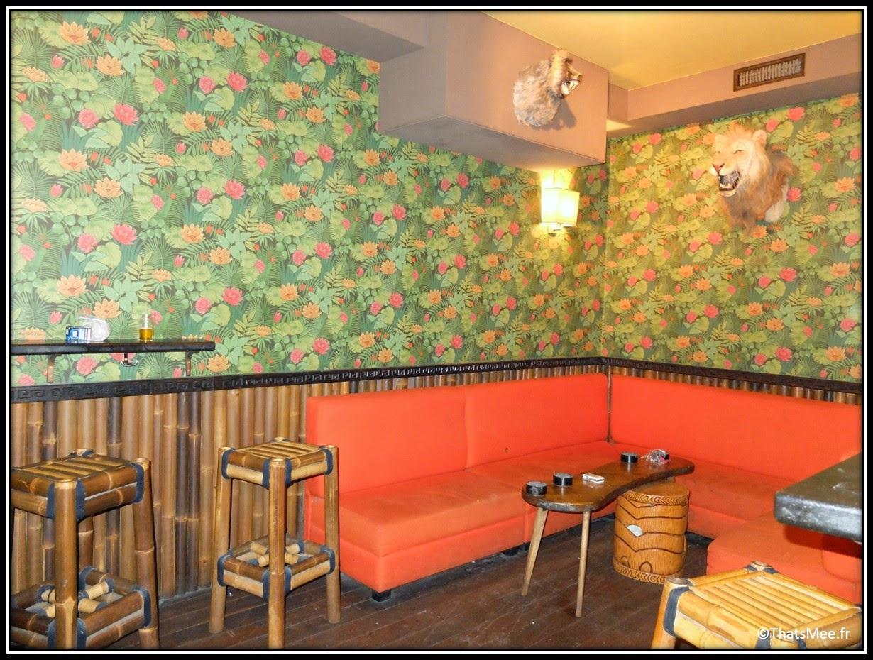 bar Dirty Dick Pigalle Paris déco tiki Polynésie, chaise rotin bar à hotesses fumoir, tete de lion empaillée trophée