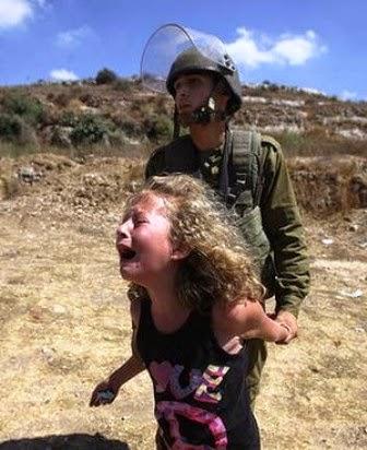 soldado israelense prende e torce o braço de uma menina palestina