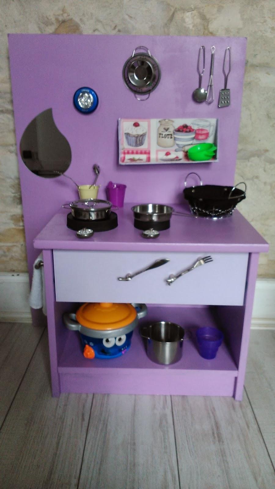toutankharton36 cuisine enfant evier en carton et cuisini re en customisant une vieille table. Black Bedroom Furniture Sets. Home Design Ideas