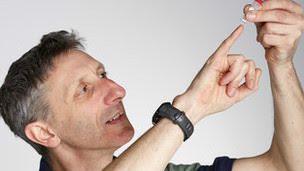 Según Nick Goldman, uno de los miembros del equipo, un gramo de ADN tiene la capacidad de almacenar alrededor de dos petabytes de datos. Si usted es de los que se preocupa por la posibilidad de que sus archivos se pierdan entre los constantes cambios tecnológicos, un equipo de científicos le ofrece una solución: almacenarlos en moléculas de ADN. Los investigadores, del Instituto Europeo de Bioinformática (IEB), con sede en Inglaterra, demostraron que es posible guardar textos, imágenes y sonidos en «la molécula de la vida». Para probarlo, codificaron un artículo científico, una foto, sonetos de Shakespeare y extractos del