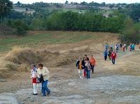 El camí travessa el Pla de Targarona entre camps de conreu i zones de margues grises