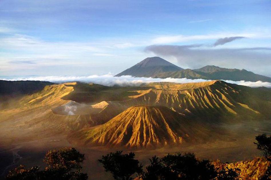 ... Gambar pemandangan di atas adalah gambar Gunung Bromo di pagi hari