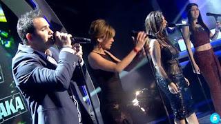 Laura Pausini y su equipo cantan Como si no nos hubiéramos amado