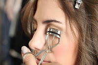 women tapering eyelashes
