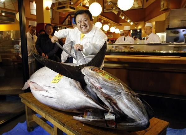 Kiyoshi Kimura bersama ikan tuna gergasi seberat 222 kilogram yang dibeli pada harga rekod RM5.6 juta di pasar besar Tsukiji, Tokyo, Jepun, semalam.