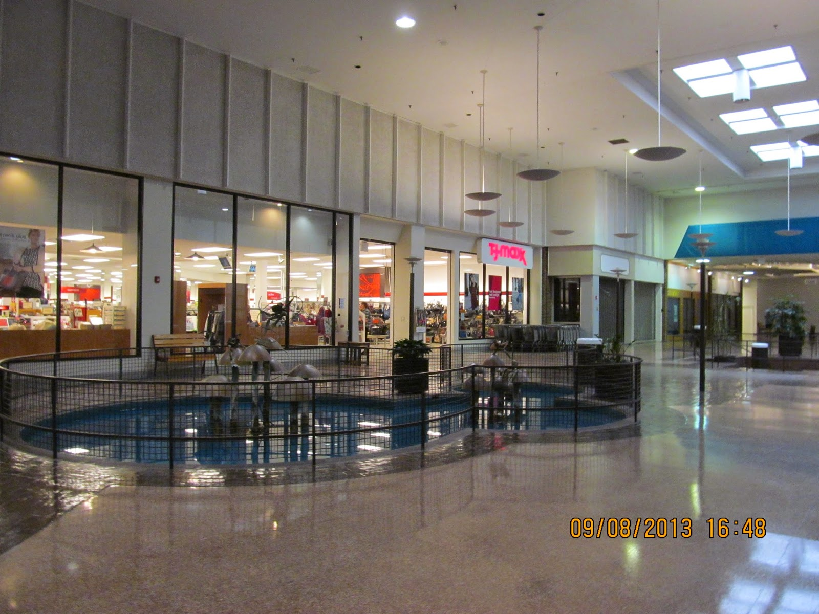 Deerbrook Mall Located in Decatur, Illinois area, Hickory Point Mall offers shopping at many great stores including Bergner's, JCPenney, Kohl's, Sears, Von Maur and The Limited. Enjoy dining in the food court and at popular restaurants like Applebee's, Red Lobster and Texas Roadhouse plus catch a movie at the Hickory Point 12 Theater.