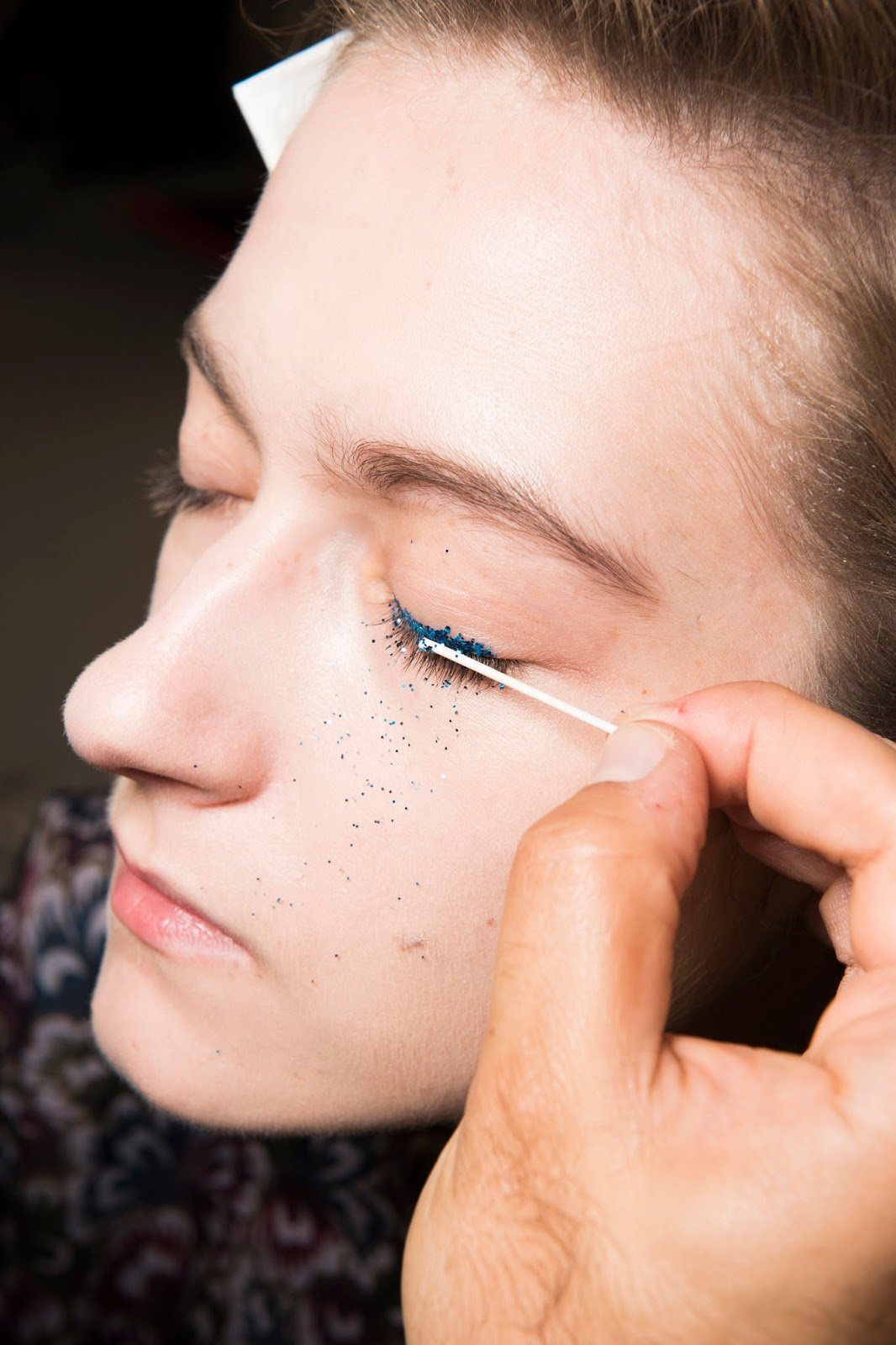 beauty paris fashion week 2016 blue glitter eyeliner model face