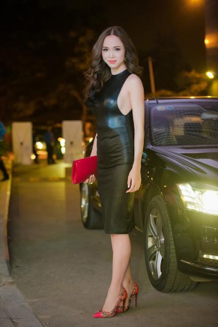 Vũ Ngọc Anh xuất hiện tại một sự kiện với váy da đen bó sát khoe đường cong. Thân áo khoét sâu giúp người đẹp khoe được lợi thế vòng một.