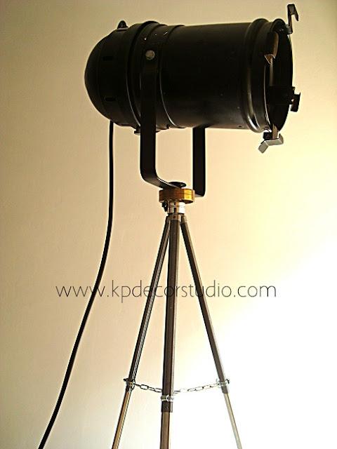 Lámparas, focos, lámparas artesanales sobre trípodes antiguos de fotografía