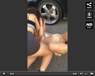 Duas mulheres brigando peladas