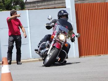 Luiz com sua Shadow 750. Ralando as pedaleiras.