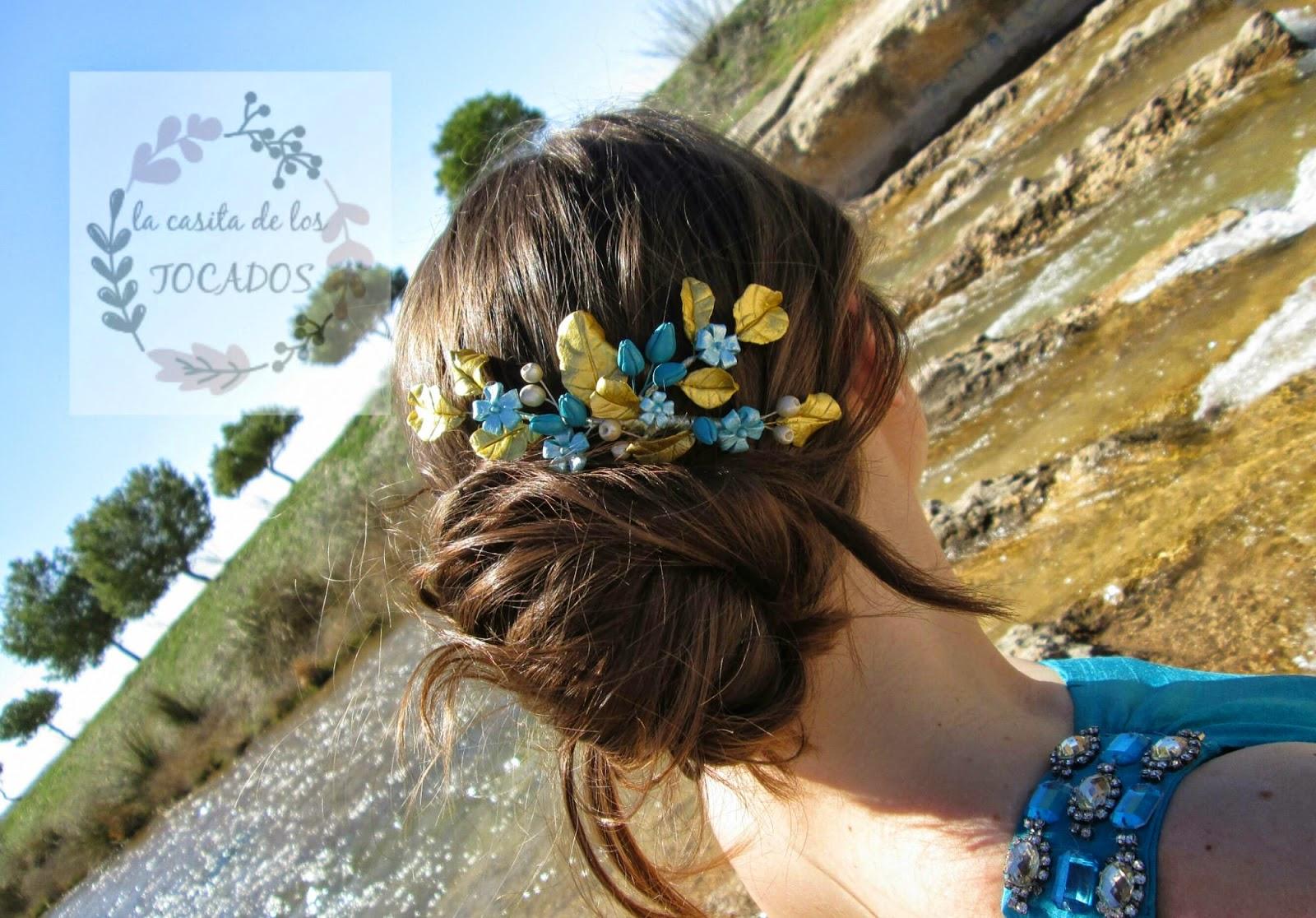 Peineta de flores y hojas de porcelana en colores dorado y turquesa a juego con vestido en color azul turquesa.