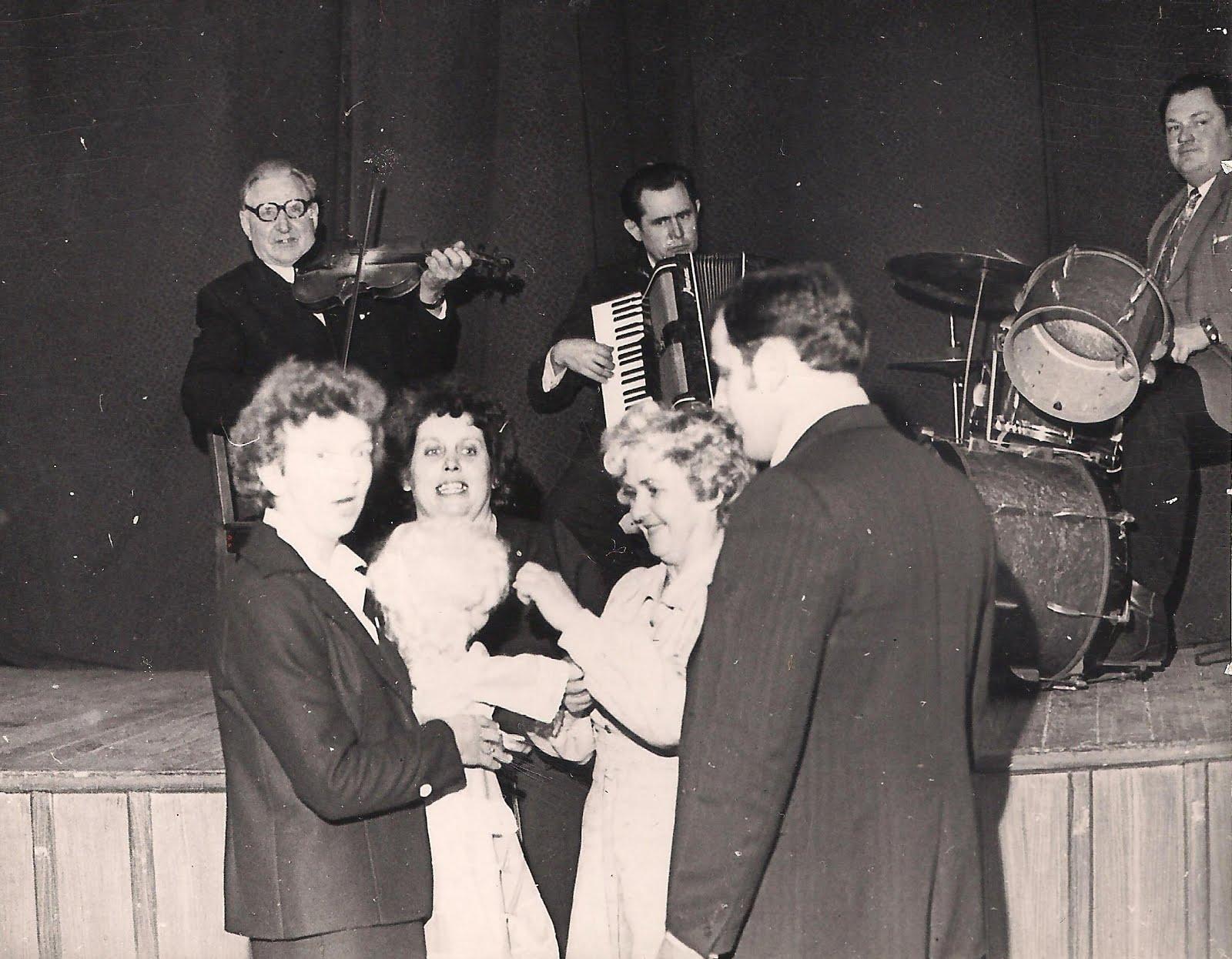 Valles estrādes orķestris Valles un Olaines ģimeņu klubu pasākumā kultūras namā 1983. g. 26. II