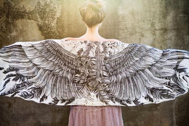 «Крылатый шарф» от бренда Roza of Shovava — аксессуар для мечтательниц, летающих во сне и грезящих полетами наяву.