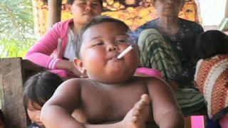 anak kecil sedang merokok