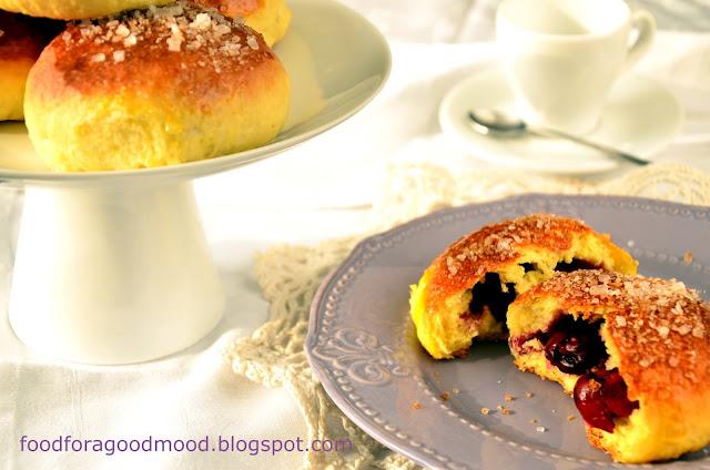 Tak mnie naszła ochota na wiśnie... W bułeczkach właśnie :) Drożdżowe ciasto wypełnione wiśniowym nadzieniem - efektowny deser i idealny podwieczorek. Ciasto z tego przepisu jest po prostu idealne, z łatwością się wyrabia, a po upieczeniu jest mięciutkie i puszyste. Polecam nie tylko wiśniowym łasuchom :)
