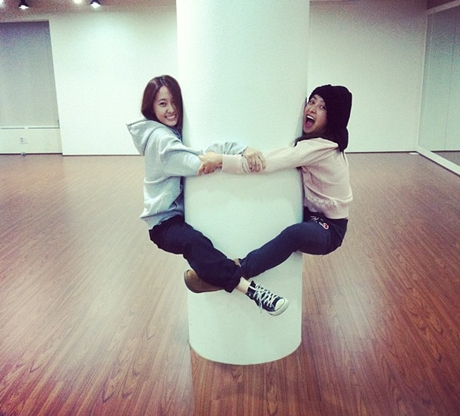 Krystal & Victoria f(x) Hugs Column Together