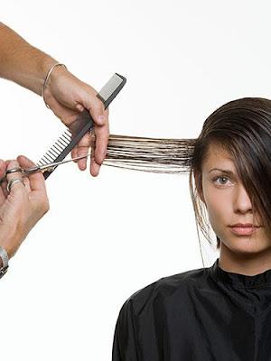 تعرفى على فوائد قص الشعر وتقصيره للمرأة  - woman-getting-hair-cut-lgn  - متى تقص المرأة شعرها