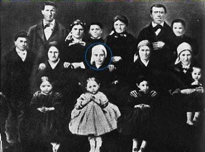 A família de Santa Bernadette. Ela está no centro.