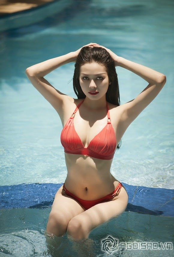 Burns eyes watching the curve of Model Duong Thuy  under summer sun