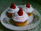 Kókuszos eperke muffin, fehér csokoládés eperrel töltött és díszített sütemény, tejszínhabbal a tetején.