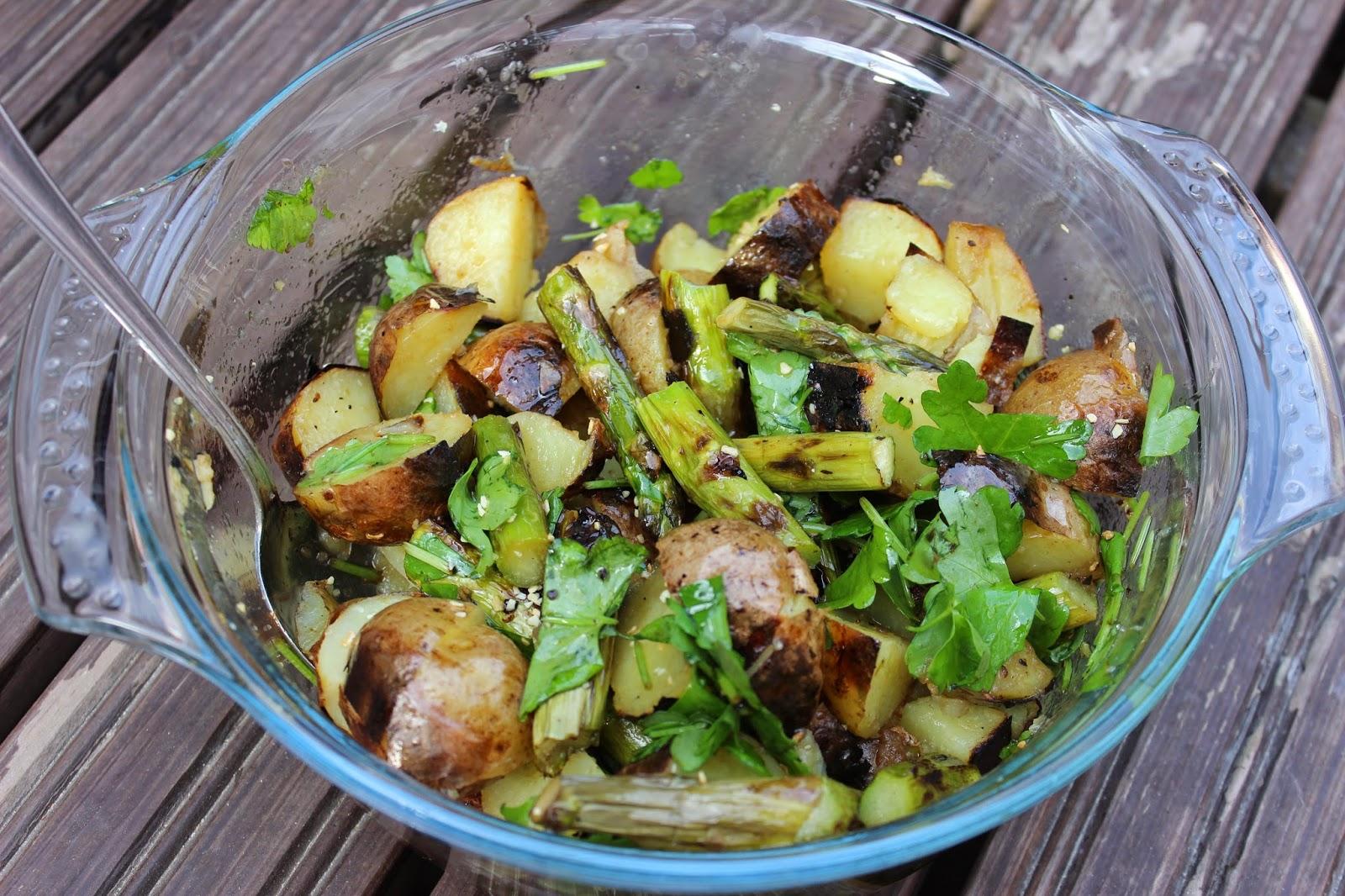 Kuukauden kasvis - parsa: grillattu parsa-perunasalaatti