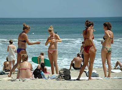 Wisatawan Sedang Menikmati Wisata di Pantai Kuta