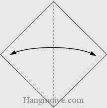Bước 1: Gấp tờ giấy lại theo chiều trái phải để tạo nếp gấp, sau đó lại mở ra.