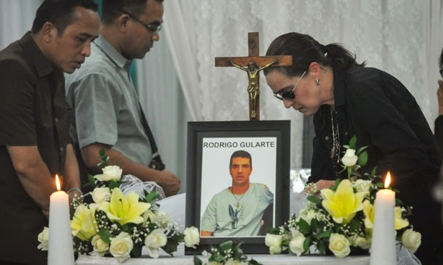 Angelita Muxfedlt, right, a cousin of Brazilian Rodrigo Gularte, by his coffin in Jarkarta on 29 April 2015