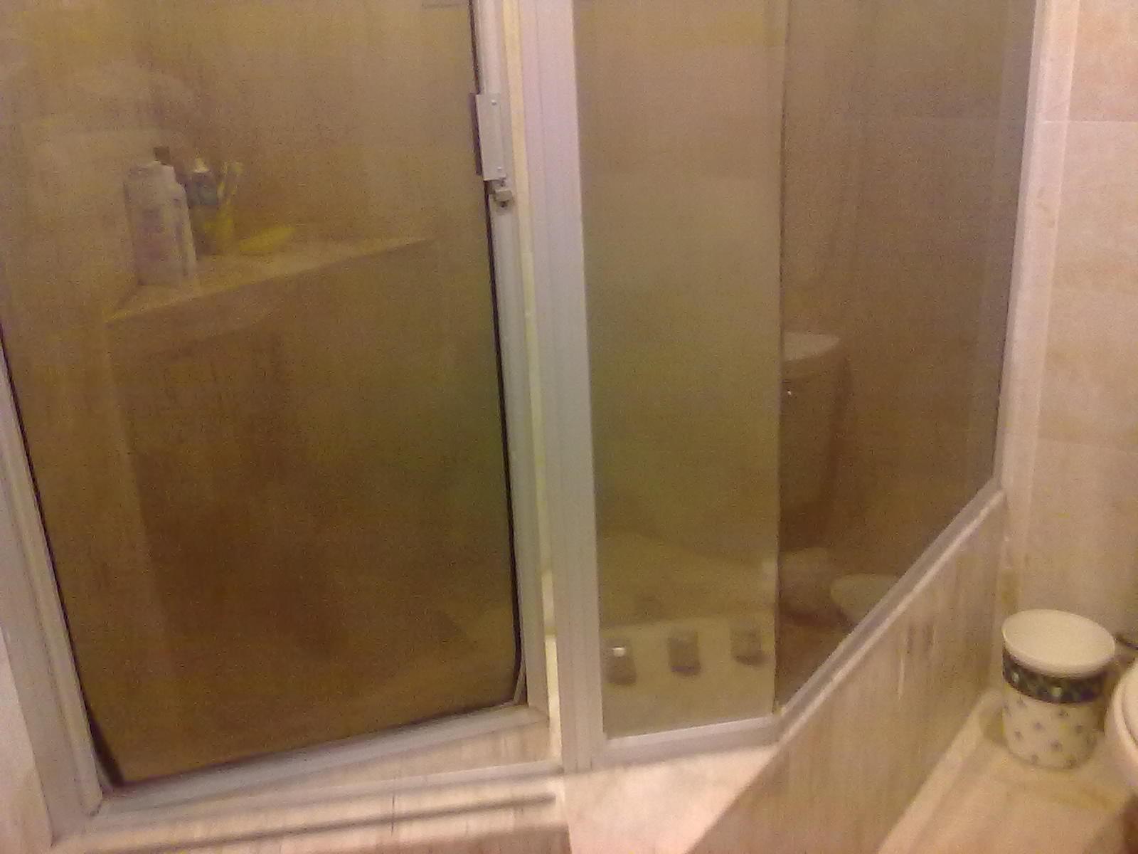 Puertas De Baño Imagenes:Cancel de baño aluminio natural con puerta abatible con pasadores y