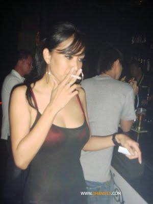Foto-Foto Cewek Seksi Saat Mengisap Rokok || gudangcewek.com