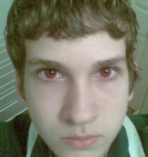 Garoto usando lentes de contato vermelhas