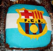 . fondant con la bandera de argentina y en el centro el escudo del barsa