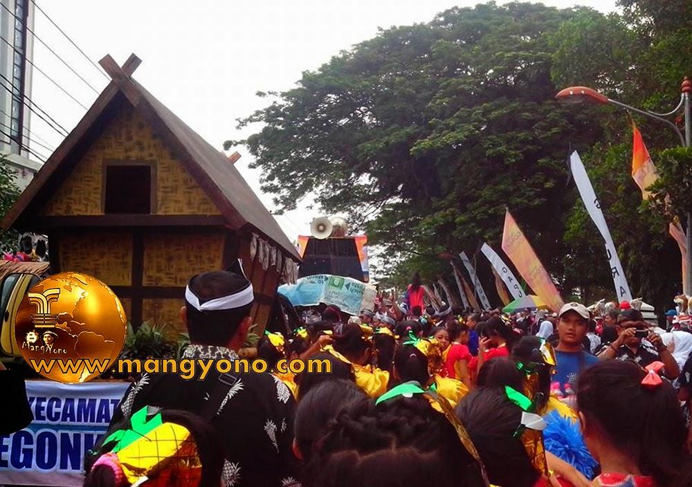 FOTO : Pawai alegoris Leuit / lumbung. Foto dari Mang Dikdik Hardiana, Facebooker Subang