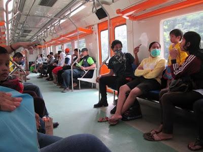 Dapat Tempat Duduk di Kereta yang Padat Penumpang