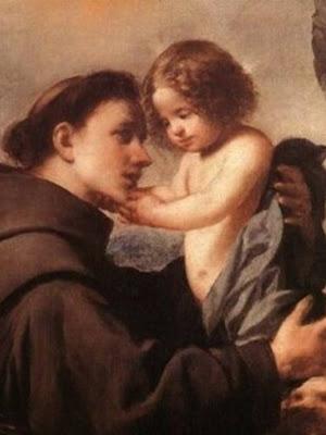 San Antonio con el Niño Jesus en un pedestal que le acaricia la cara
